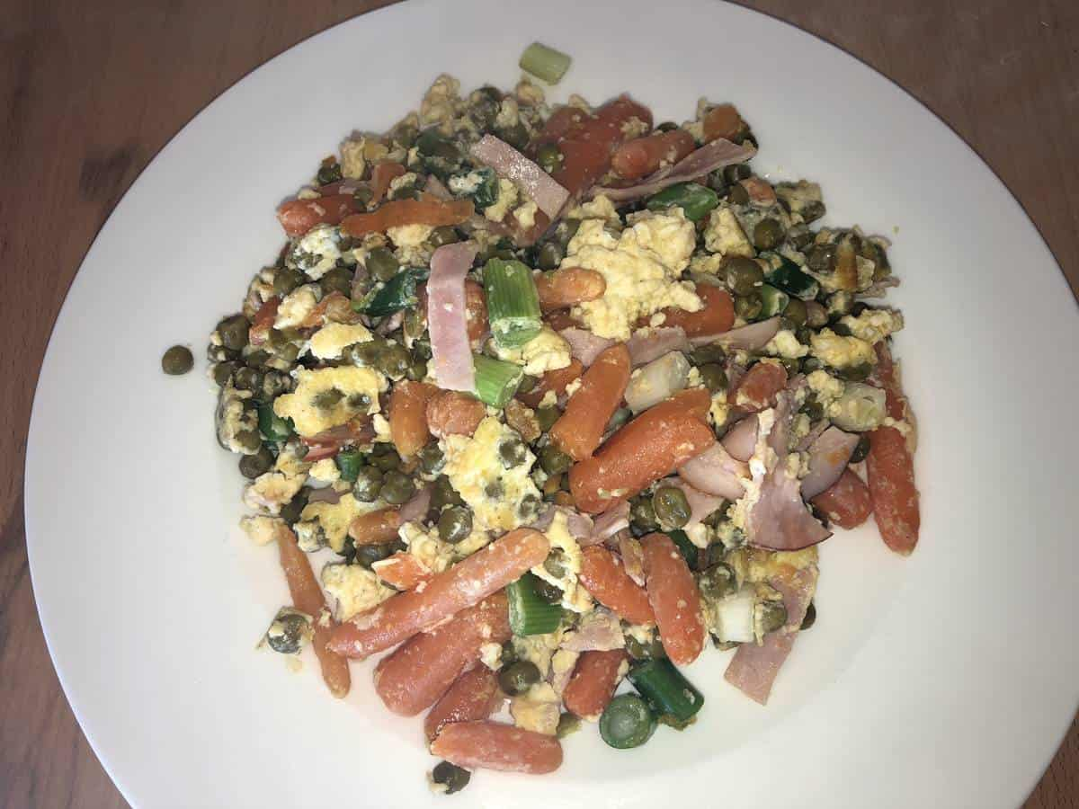 Low Carb Gemüseteller mit Ei und Schinken